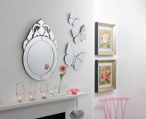 Маленькие зеркала на стене